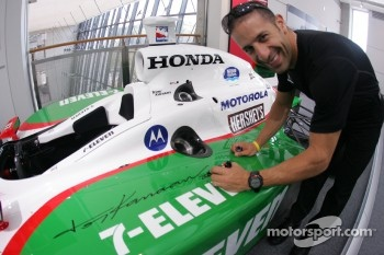 Tony Kanaan signs his championship car