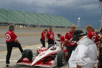 Scott Dixon's crew work on the car