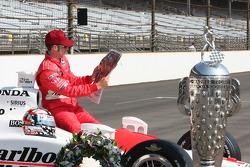 Sam Hornish Jr. reads about his Indianapolis 500 Victory