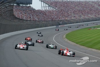 Pace laps: Helio Castroneves and Sam Hornish Jr. lead the field