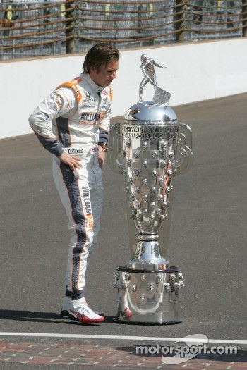 Winners photoshoot: Dan Wheldon, Bryan Herta Autosport with Curb / Agajanian with the Borg-Warner trophy