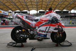 Bike von Andrea Dovizioso, Ducati Team mit Regenhaube