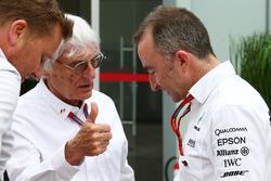 (Da sx a dx): Bernie Ecclestone, con Paddy Lowe, Mercedes AMG F1 Direttore (Tecnico) Esecutivo