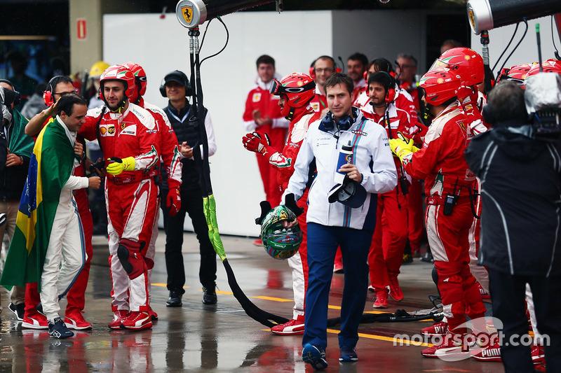 Applaus und Handshakes von der Ferrari-Crew