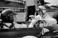 F1 图片 - Dan Gurney, Eagle AAR104 Weslake in the pitlane talking to teammate Bruce McLaren, Eagle AAR102 Weslake