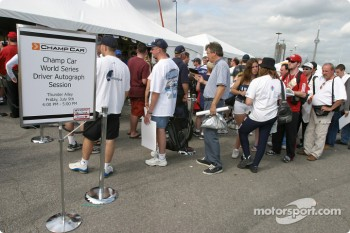 Autograph session: fans lineup