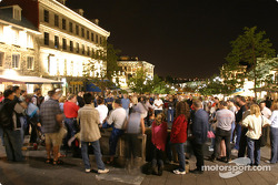 Montréal nightlights: the crowd watch a street musician
