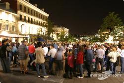 Montréal nightlights: the crowd watch a street musician