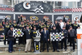 Victory lane: race winner Marcos Ambrose, Petty Motorsport Ford