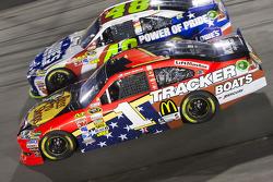 Jamie McMurray, Earnhardt Ganassi Racing Chevrolet and Jimmie Johnson, Hendrick Motorsports Chevrolet