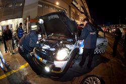 Pit stop for ##146 MINI Motorsport Mini Cooper: Hendrik Vieth, Ralf Martin, Jürgen Schmarl, Benjamin Leuchter