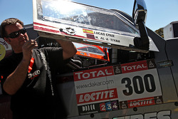 Robby Gordon works on the Hummer of Nasser Al-Attiyah and Lucas Cruz