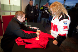 Autograph session: Greg Biffle, Roush Fenway Racing Ford