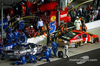 Pit stop for Jamie McMurray, Earnhardt Ganassi Racing Chevrolet and Kasey Kahne, Hendrick Motorsports Chevrolet