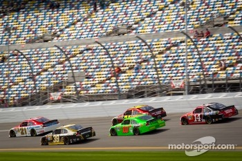 Trevor Bayne, Wood Brothers Racing Ford leads a group of cars