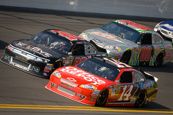 Tony Stewart, Stewart-Haas Racing Chevrolet and Michael McDowell, Phil Parsons Racing Ford