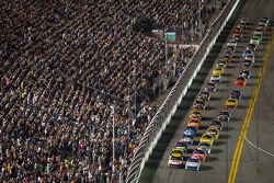 Start: Carl Edwards, Roush Fenway Racing Ford and Greg Biffle, Roush Fenway Racing Ford lead the field