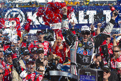 Victory lane: winner Tony Stewart, Stewart-Haas Racing Chevrolet
