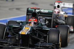 Heikki Kovalainen, Caterham F1 Team leads Kamui Kobayashi, Sauber F1 Team