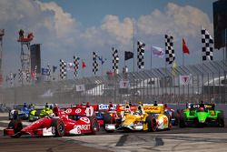 Scott Dixon, Target Chip Ganassi Racing Honda leads Ryan Hunter-Reay, Andretti Autosport Chevrolet