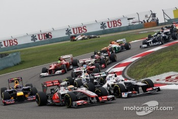 Lewis Hamilton, McLaren and Kamui Kobayashi, Sauber battle at the start of the race