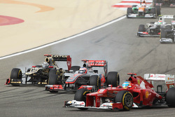 Fernando Alonso, Ferrari leads Jenson Button, McLaren and Kimi Raikkonen, Lotus at the start of the race