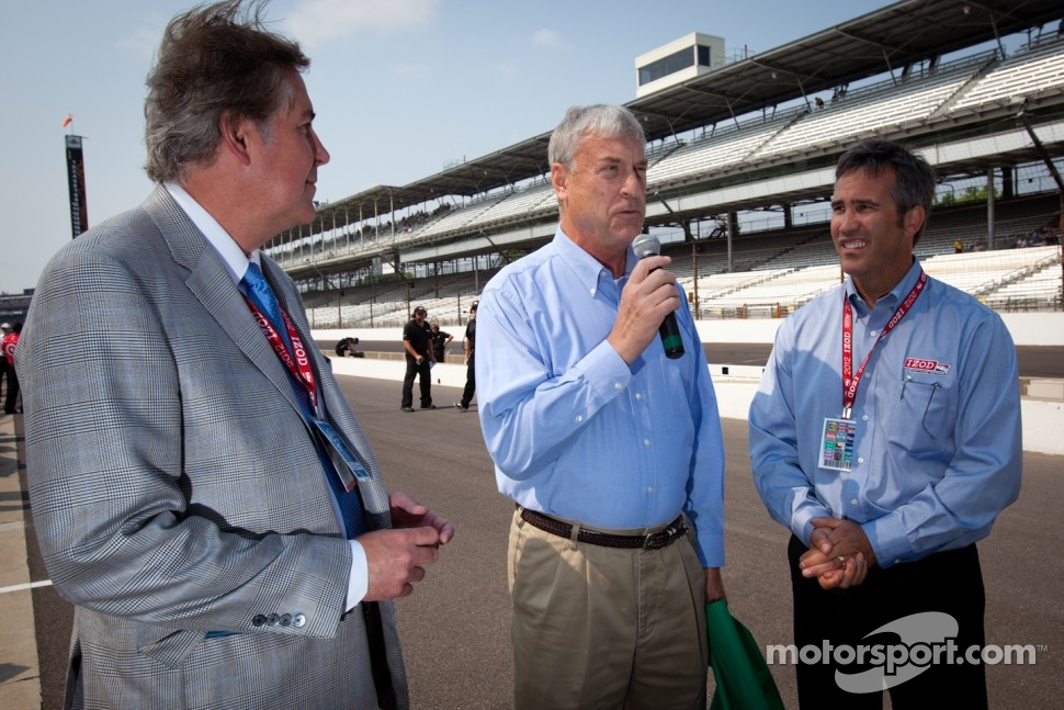 Honorary green flag ceremony: IMS executive Jeff Belskus, television and radio sports announcer Bob Jenkins  and Chief Executive Officer of IndyCar Randy Bernard
