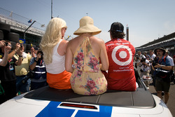 Race winner Dario Franchitti, Target Chip Ganassi Racing Honda heads for the victory lap with wife Ashley and Susie Wheldon