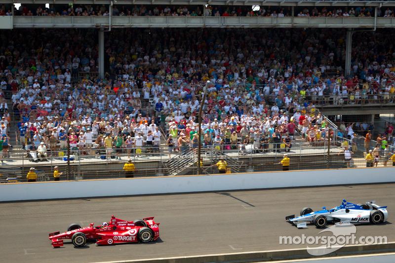 Dario Franchitti, Target Chip Ganassi Racing Honda leads Takuma Sato, Rahal Letterman Lanigan Honda with one lap to go
