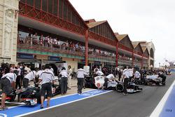 Sergio Perez, Sauber and Kamui Kobayashi, Sauber in the pits