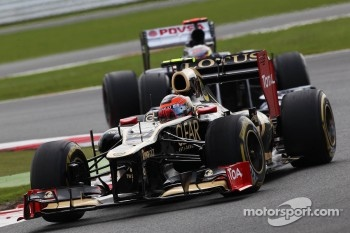 Romain Grosjean, Lotus F1 leads Pastor Maldonado, Williams