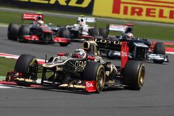 Kimi Raikkonen, Lotus Renault F1 Team leads Kamui Kobayashi, Sauber F1 Team