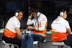 Paul di Resta, Sahara Force India F1 with Robert Fearnley, Sahara Force India F1 Team Deputy Team Principal on the pit gantry
