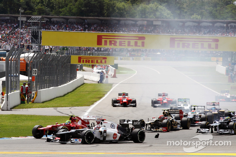 Kamui Kobayashi, Sauber at the start of the race with Felipe Massa, Ferrari who has his front wing missing