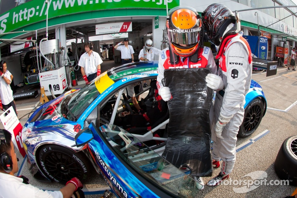 Pit stop practice for #21 Hitotsuyama Racing Audi R8 LMS: Cyndie Allemann, Akihiro Tsuzuki