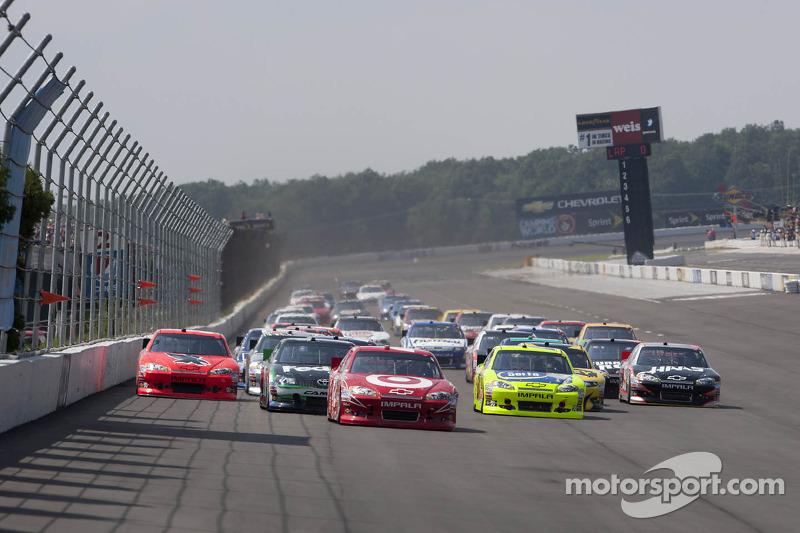 Start: Juan Pablo Montoya, Earnhardt Ganassi Racing Chevrolet leads