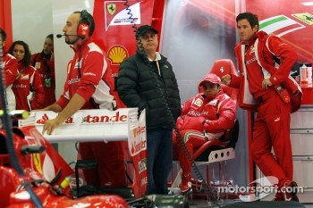 Felipe Massa, Ferrari with his father Luiz Antonio Massa, (Left) and Rob Smedley, Ferrari Race Engineer (Right)
