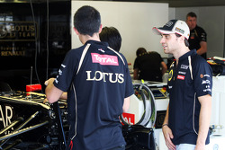 Jérôme d'Ambrosio, Lotus F1 Team takes a look at his Lotus F1 E20