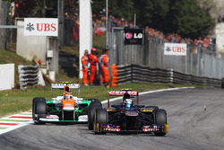 Jean-Eric Vergne, Scuderia Toro Rosso STR7 leads Nico Hulkenberg, Sahara Force India F1