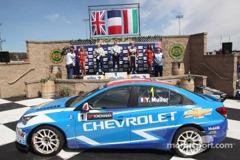Yvan Muller, Chevrolet Cruze 1.6T, Chevrolet race winner, 2nd position Robert Huff, Chevrolet Cruze 1.6T, Chevrolet and 3rd position Norbert Michelisz, BMW 320 TC, Zengo Motorsport
