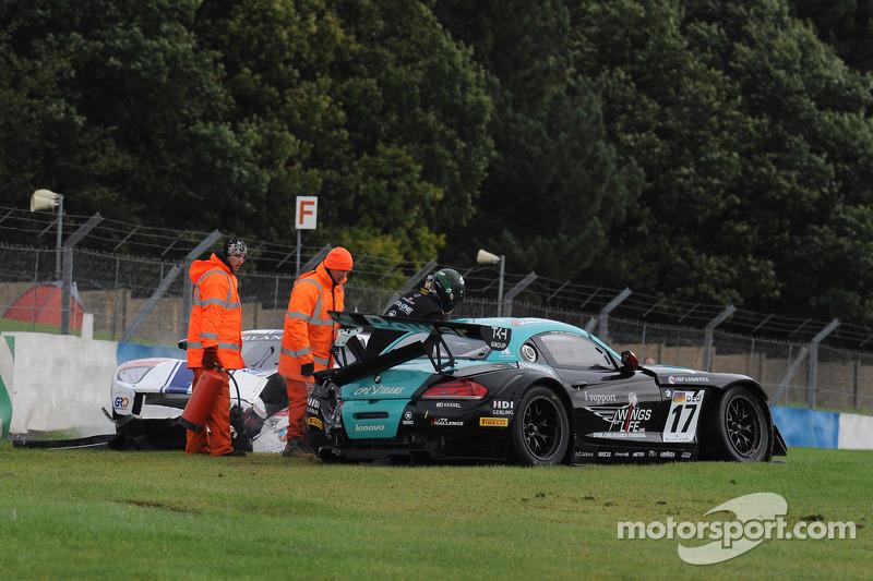 Crash for #17 BMW Team Vita4one BMW Z4 GT3: Mathias Lauda, Nicolaus Mayr-Melnhof