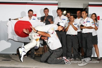 Kamui Kobayashi, Sauber celebrates his third position with Beat Zehnder, Sauber F1 Team Manager and the team