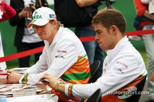 Nico Hulkenberg, Sahara Force India F1 and Paul di Resta, Sahara Force India F1 sign autographs for the fans