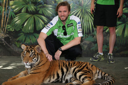Nick Heidfeld visits tigers at Dreamworld