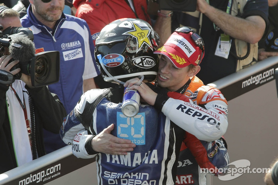 Race winner Casey Stoner, Repsol Honda Team congratulates 2012 champion Jorge Lorenzo, Yamaha Factory Racing 