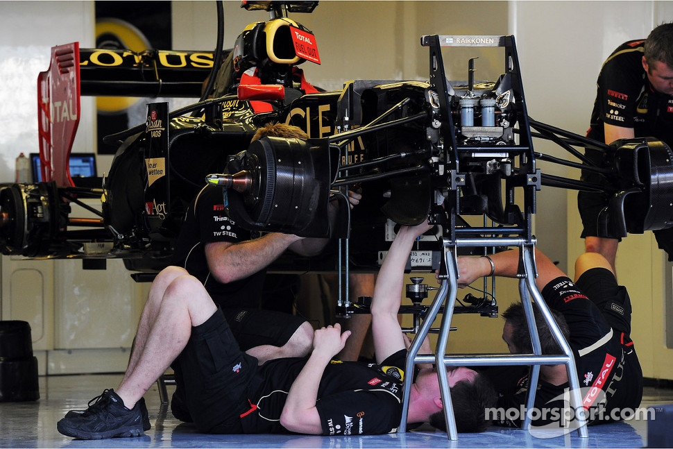 Lotus F1 E20 of Kimi Raikkonen, Lotus F1 Team is prepared by mechanics in the pits