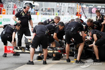 Romain Grosjean, Lotus F1 has his front wing replaced during qualifying