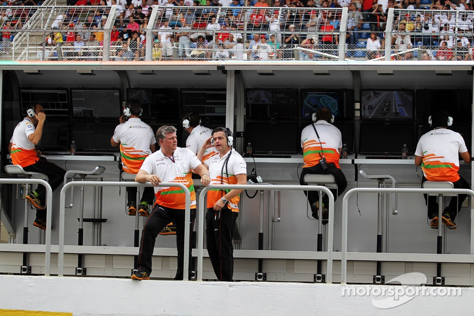 Otmar Szafnauer, Sahara Force India F1 Chief Operating Officer and Andy Stevenson, Sahara Force India F1 Team Manager on the pit gantry