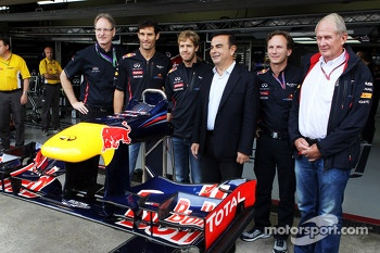 Red Bull Racing announce Infiniti as a title sponsor for 2013, Red Bull Racing; Sebastian Vettel, Red Bull Racing; Carlos Ghosn, CEO Renault-Nissan; Christian Horner, Red Bull Racing Team Principal; Dr Helmut Marko, Red Bull Motorsport Consultant