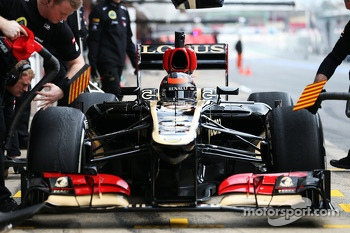 Kimi Raikkonen, Lotus F1 E21 in the pits